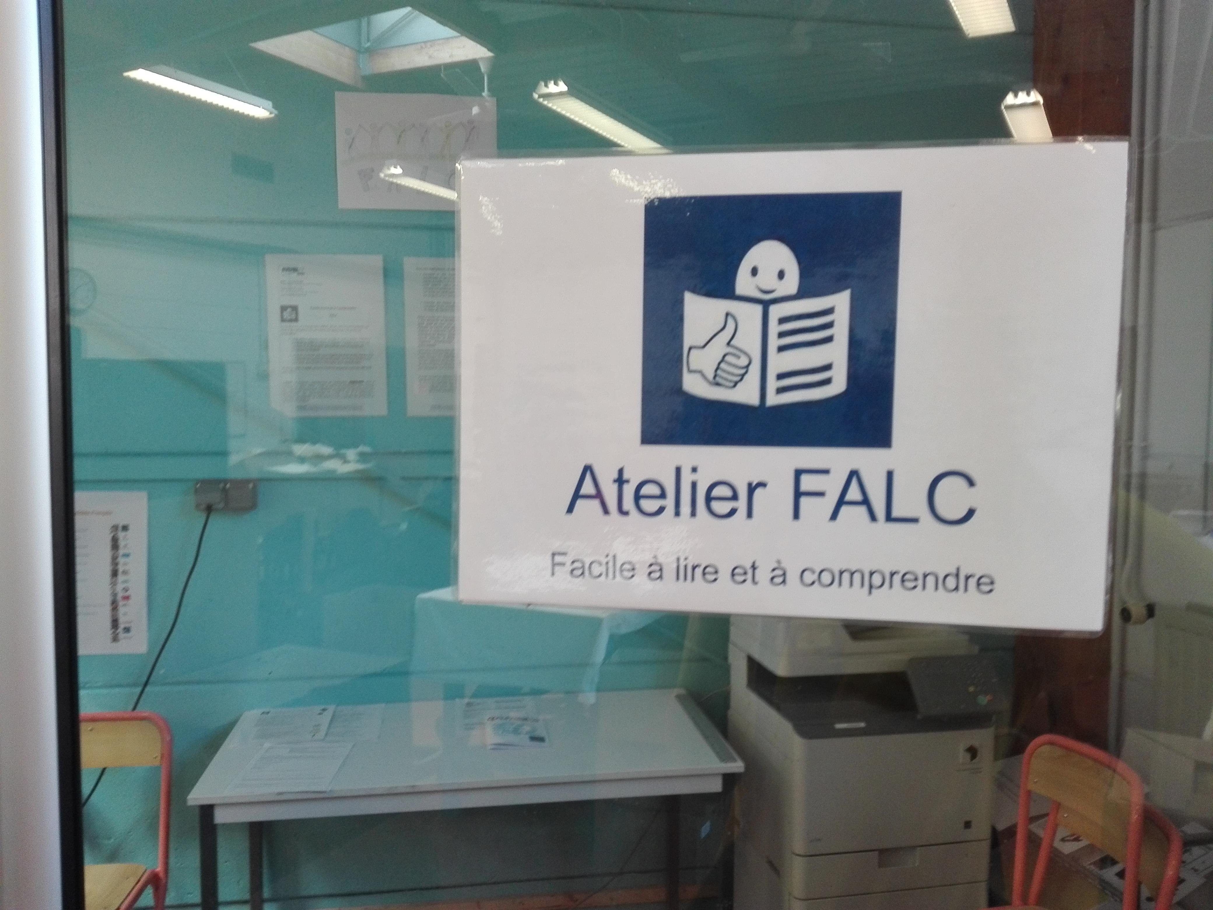 Glastür ins FALC-Büro. Darauf kleb ein A4-Blatt mit dem Logo der Leichten Sprache