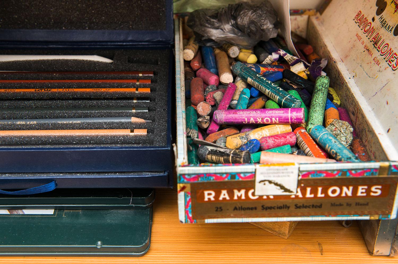 Stifte im Regalfach: Kohle, Rötel, Pastell.